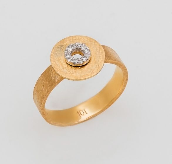 Nanis yellow gold ring with diamonds