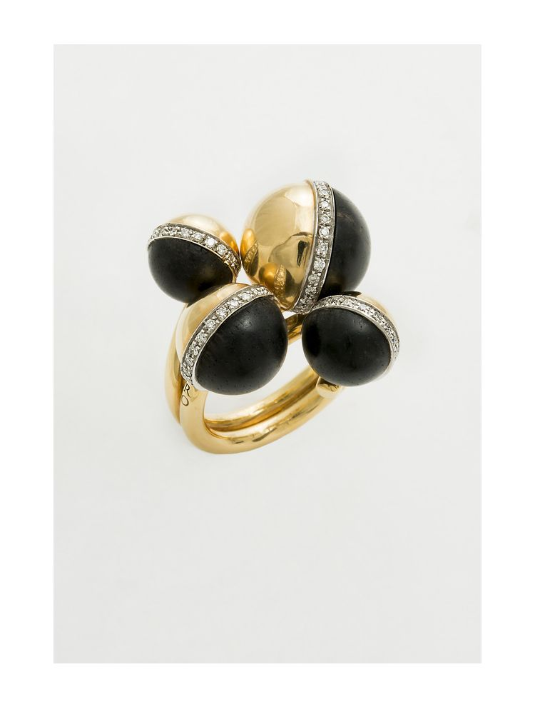 Calgaro yellow gold ring with ebonite and white diamonds